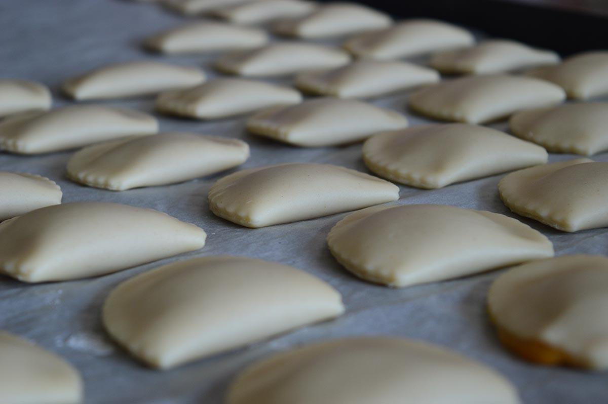 Preparazione dei dolci sardi: le copulettas ripiene di miele