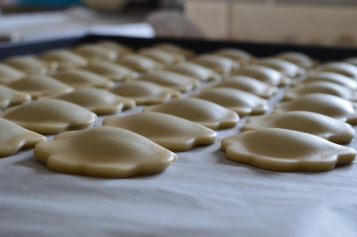 Preparazione dei dolci sardi: le copulettas ripiene di sapa