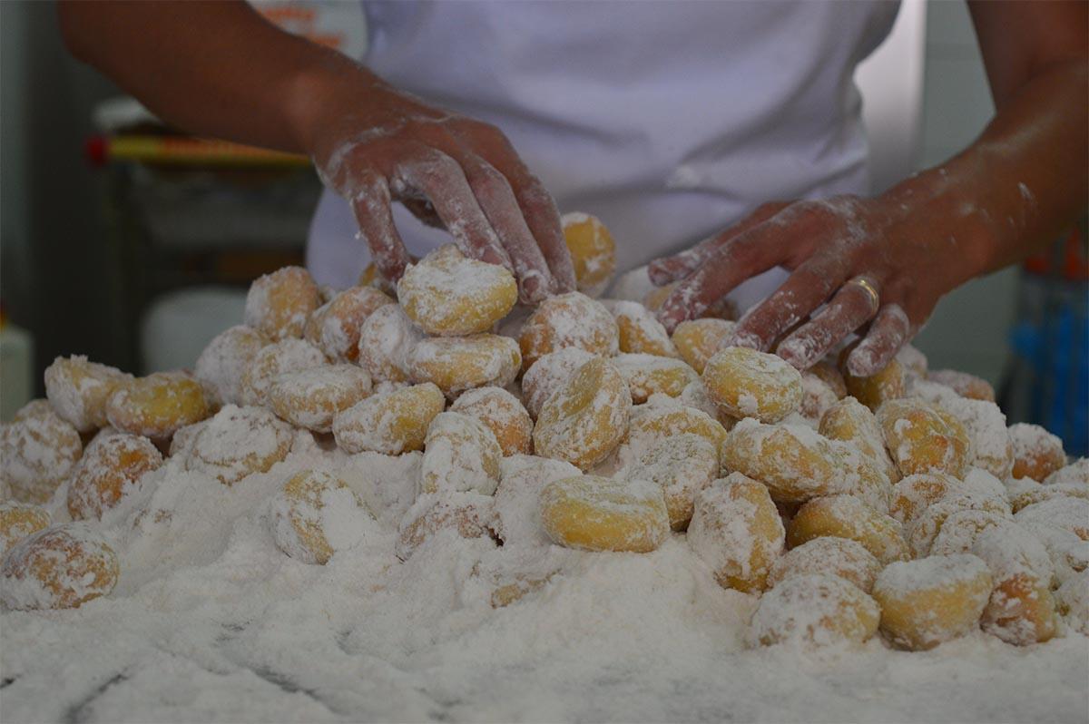 Preparazione dei dolci sardi: i pirichittos al limone