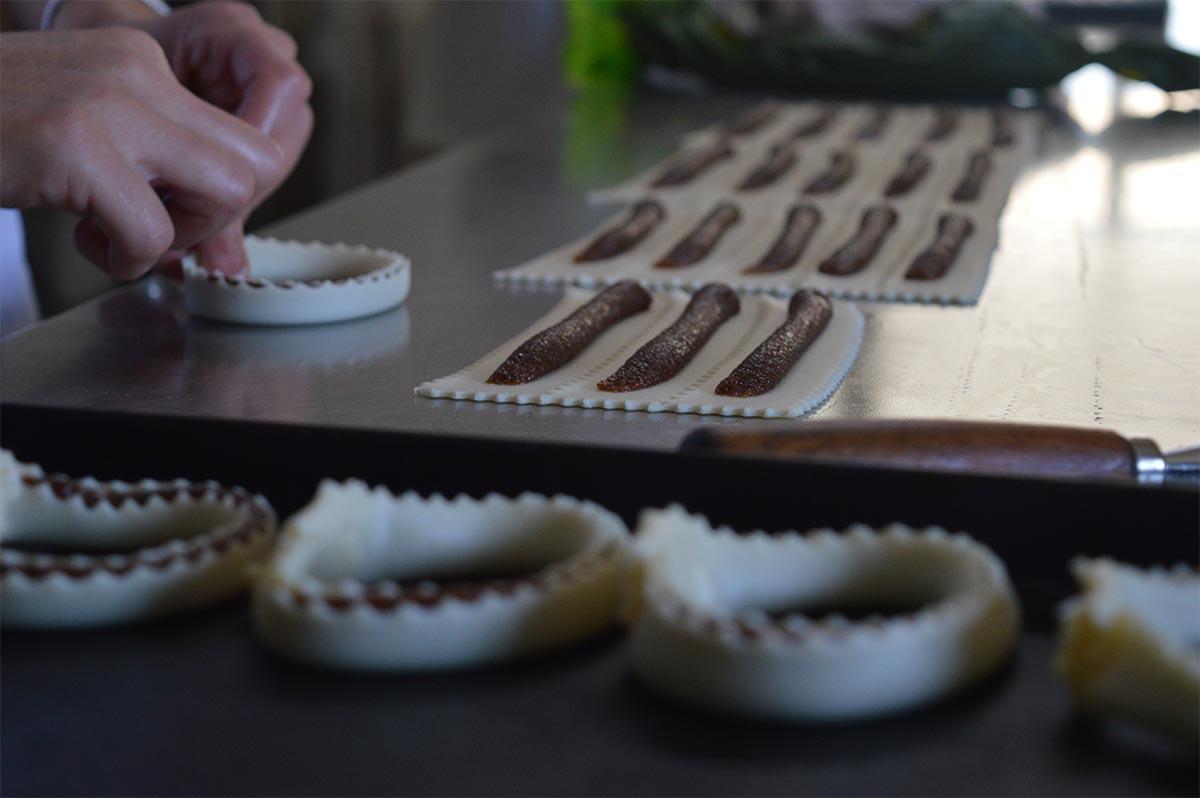 Preparazione dei dolci sardi: le Tirikas con il ripieno di sapa