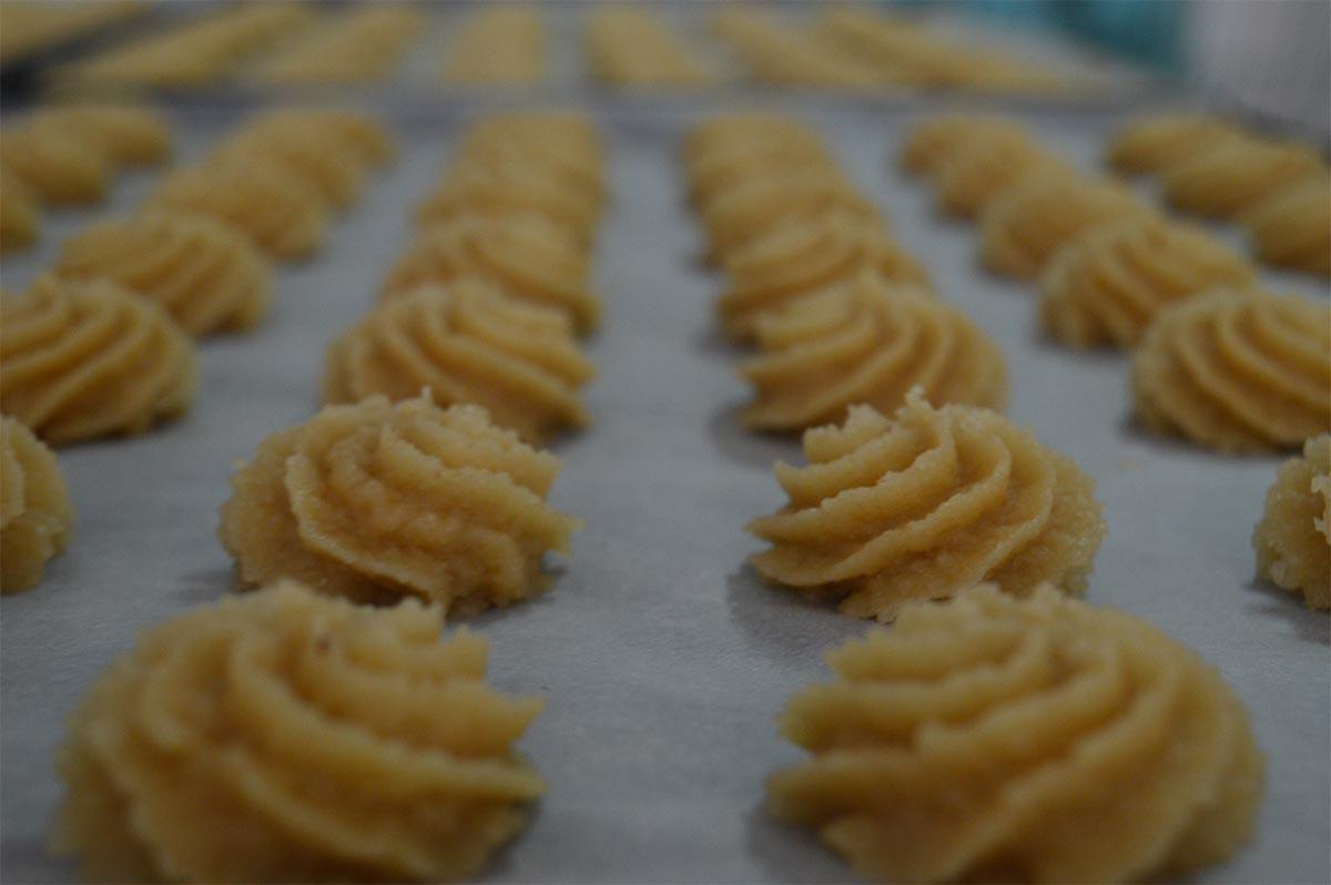 Preparazione di dolci sardi alle mandorle