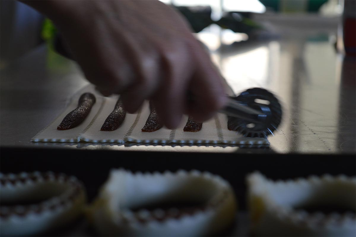 Preparazione dei dolci sardi: le Tirikas con la sapa